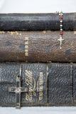 Sluit omhoog Drie Antieke Bijbels en Kruisen op Witte Achtergrond royalty-vrije stock foto