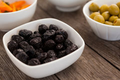 Sluit omhoog droge zwarte olijven in container Royalty-vrije Stock Afbeelding