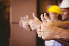 Sluit omhoog duimen omhoog in pakhuis Stock Foto's