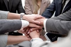 Sluit omhoog een geconcentreerd commercieel team die hun handen samenbrengen stock afbeeldingen