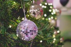 Sluit omhoog Een gouden en zilveren gift hangt op chrismasboom vakantie royalty-vrije stock foto's
