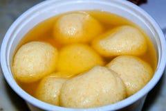 sluit omhoog een kom van Indisch Rasgulla-dessert Rasgulla, Indisch Zoet Voedsel stock afbeeldingen