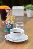 Sluit omhoog een kop van koffie op houten lijst Stock Foto