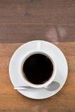 Sluit omhoog een kop van koffie op houten lijst Royalty-vrije Stock Foto