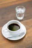 Sluit omhoog een kop van koffie op houten lijst Stock Fotografie