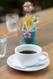Sluit omhoog een kop van koffie op houten lijst Royalty-vrije Stock Afbeelding