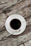 Sluit omhoog een kop van koffie op houten lijst Stock Afbeeldingen