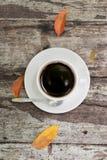 Sluit omhoog een kop van koffie op houten lijst Stock Foto's