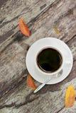 Sluit omhoog een kop van koffie op houten lijst Royalty-vrije Stock Afbeeldingen