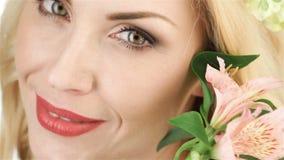 Sluit omhoog een mooie vreemdeling en bloemen stock video