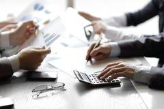 Sluit omhoog een zakenman gebruikt een calculator voor het berekenen van winsten stock afbeelding