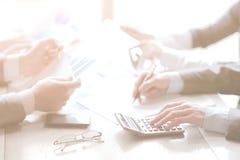 Sluit omhoog een zakenman gebruikt een calculator voor het berekenen van winsten stock fotografie