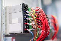 Sluit omhoog elektrische installaties en draden op relaisbescherming Stock Foto