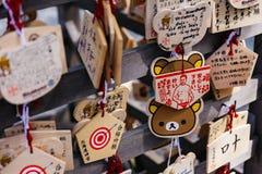 Sluit omhoog Ema zijn kleine houten plaques, gemeenschappelijk voor Japan, waarin Shinto en de Boeddhistische gelovigen gebeden o stock foto
