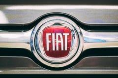 Sluit omhoog Embleem logotype van Fiat is Italiaanse holding van wie stock afbeelding