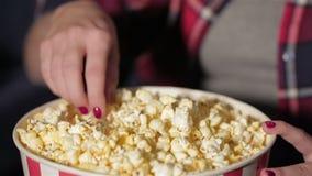Sluit omhoog emmer popcorn en een hand van het meisje stock video