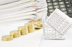 Sluit omhoog faillissement van huis en stapstapel van muntstukken Stock Foto