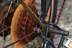 Sluit omhoog Fietsdeel met Oud Cassettetoestel is roestig Het fietstoestel is roestig stock foto