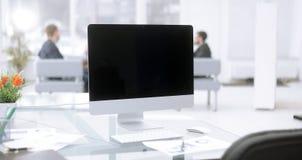 Sluit omhoog financiële grafieken en computermonitor op de Desktop van de zakenman royalty-vrije stock afbeelding