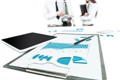 Sluit omhoog financi?le documenten op de Desktop in het bureau stock foto