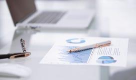 Sluit omhoog financieel programma en pennen op de lijst bij de zakenman stock foto's