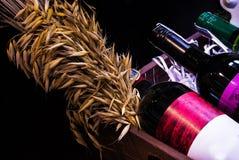 Sluit omhoog Flessenwijn in mand Stock Foto