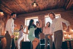 Sluit omhoog foto de beste vrienden uit het dansen grote tijd gedronken verjaardag zingen zanger favoriete energieke liederen zij royalty-vrije stock afbeelding