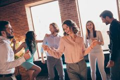 Sluit omhoog foto de elegante beste mensen van de vriendenclub uit het dansen grote avond gedronken verjaardag zingen zangerliede stock afbeelding