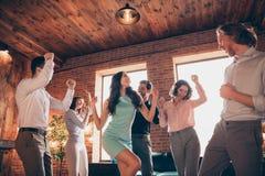 Sluit omhoog foto de elegante beste mensen van de vriendenclub uit het dansen grote avond gedronken verjaardag zingen zangerliede stock fotografie