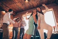 Sluit omhoog foto de elegante beste vriendenclub uit het dansen avond gedronken verjaardag schreeuwt de liederen van de schreeuws royalty-vrije stock afbeeldingen