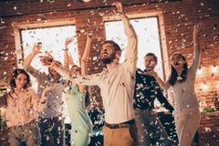 Sluit omhoog foto de schreeuwende beste vrienden uit het dansen grote tijd gedronken verjaardag zingen de wapens van zangerhanden stock fotografie