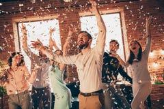 Sluit omhoog foto de schreeuwende beste vrienden uit het dansen grote tijd gedronken verjaardag zingen de wapens van zangerhanden stock afbeelding