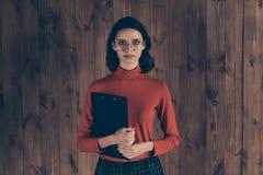 Sluit omhoog foto de slimme ernstige aantrekkelijke van de de handanalyse van de freelancergreep de slijtagebril rode sweater gec stock afbeeldingen