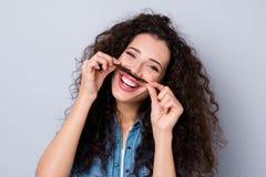 Sluit omhoog foto die aantrekkelijke blij verbazen haar zij krul van de dame de extatische greep in de vingershandeling van de wa stock foto's