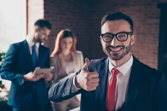Sluit omhoog foto drie mensen zij haar bedrijfsdamestudie grafieken hij hem zijn kerel leert de chef- raad van de cursusles advis royalty-vrije stock foto's