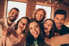 Sluit omhoog foto schreeuwend luide vriendengebeurtenis hangen uit gedronken zes mensen maken selfies feestelijke nacht het leven stock afbeelding