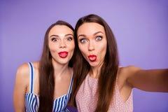 Sluit omhoog foto twee mensen mooie grappige funky zij haar modellen de elegante dames maken selfies tongmond het voor de gek hou stock afbeeldingen