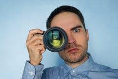 Sluit omhoog foto van de mens in hoed op blauwe achtergrond royalty-vrije stock afbeeldingen