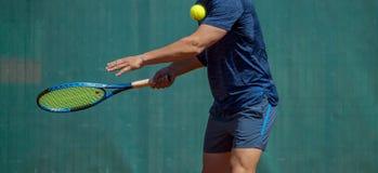 Sluit omhoog foto van een mens die een tennisracket slingeren tijdens een tennisgelijke royalty-vrije stock fotografie