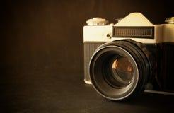 Sluit omhoog foto van oude cameralens over houten lijst het gefiltreerde beeld is retro Selectieve nadruk Royalty-vrije Stock Foto