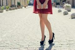 Sluit omhoog foto van vrouwen` s logh benen tegen mening van de stad Sh royalty-vrije stock foto's