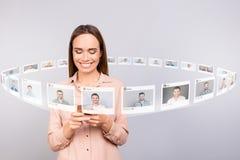 Sluit omhoog fotolezer zij haar van de partijene-mail brieven van de damecontrole de telefoon postaandeel repost zoals digitale h royalty-vrije illustratie