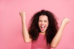Sluit omhoog fotoportret van aardige vrij aantrekkelijke blij positief zij haar dame die vuistenhanden omhoog met open mond ophef stock fotografie