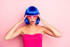 Sluit omhoog fotoportret van het charmeren van vrij aantrekkelijke dame op de pastelkleur roze achtergrond van de zomerglazen stock afbeelding
