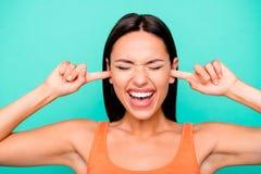 Sluit omhoog fotoportret van ongelukkige gek zij haar dame sluitende oren met wijsvingers geïsoleerde pastelkleurachtergrond stock afbeelding