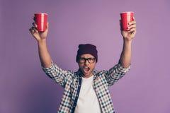 Sluit omhoog fotoportret van vrolijke blije gekke gedronken onbezorgd in de holdings toenemende holding van de oogglazenkerel in  royalty-vrije stock foto's