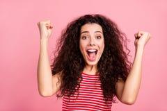 Sluit omhoog fotoportret van vrolijke positieve optimistische koel met open mond haar zij dame die vuistenhanden omhoog opheft royalty-vrije stock fotografie