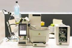 Sluit omhoog geavanceerd technische roterende vacuümevaporator met distillatiefles in chemisch laboratorium voor wetenschappelijk stock fotografie