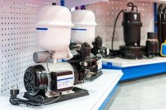 Sluit omhoog geavanceerd technische water straalpomp met druktank voor in het industriële werk aangaande plank royalty-vrije stock foto