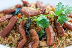 Sluit omhoog gebraden rijst met varkensvleesbovenste laagje in schotel royalty-vrije stock foto